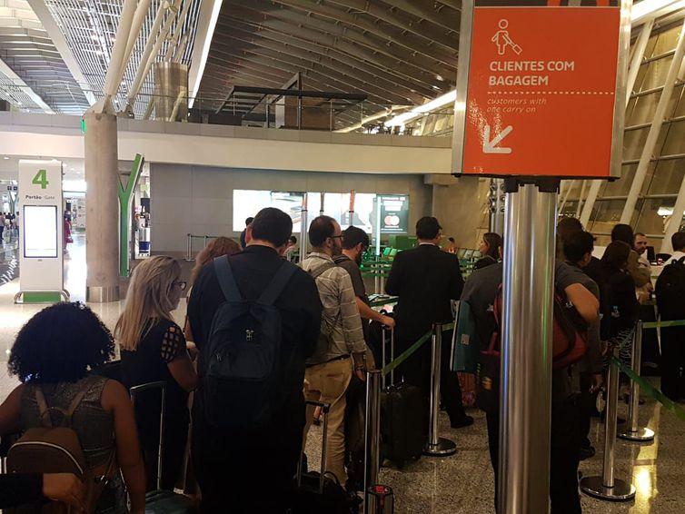 Clientes com bagagem de mão precisam obedecer as especificações da Anac para embarcá-la no compartimento de bagagem na área de passageiros do avião. Foto: Pedro Rafael Vilela/Repórter da Agência Brasil