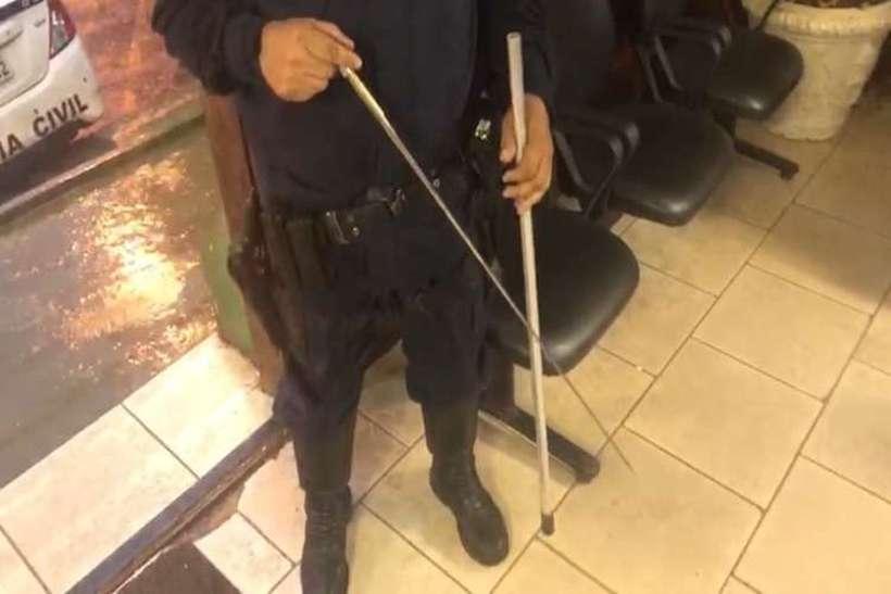 Policiais militares encaminharam o objeto à delegacia. Dono ainda não foi encontrado. Foto: PMDF/Divulgação