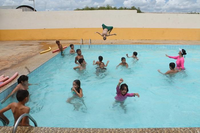 No Complexo Educacional Governador Miguel Arraes, crianças do sexto ao nono ano do ensino fundamental têm acesso à natação. Crédito: Roberto Arrais/Divulgação
