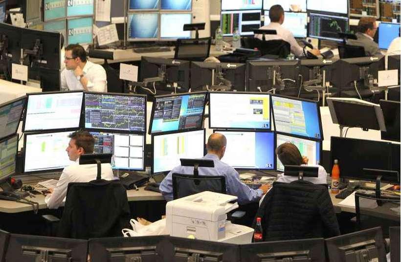 Operadores do mercado acionário viram despencar os índices de quase todas as bolsas internacionais. Foto: Daniel Roland/AFP