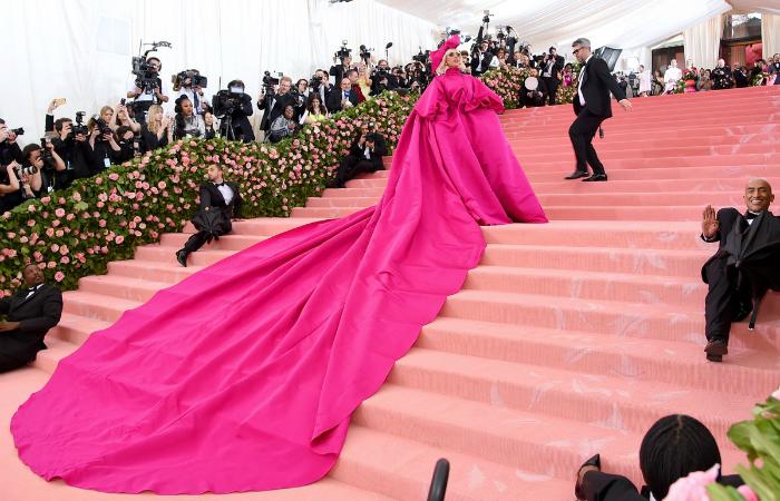 Lady Gaga roubou a cena com um vestido fúcsia de cauda quilométrica. Foto: Jamie McCarthy/AFP