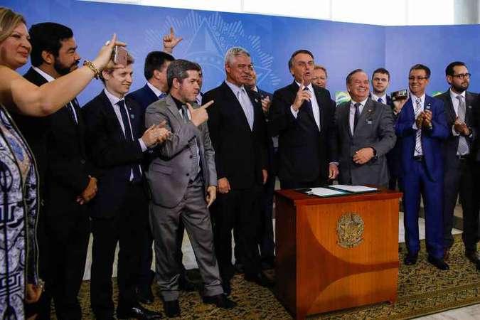 Bolsonaro assina decreto com novas regras sobre uso de armas: elogio a Olavo e desejo de que o assunto seja página virada. Foto: Carolina Antunes/PR
