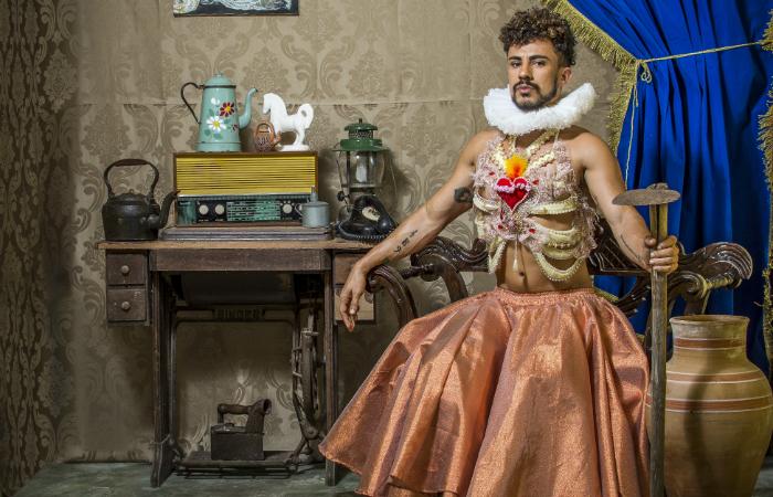 O trabalho visual traz o artista em uma estética que negocia o renascentismo com o Sertão, como uma nobreza sertaneja. Foto: Diego Cruz/Divulgação