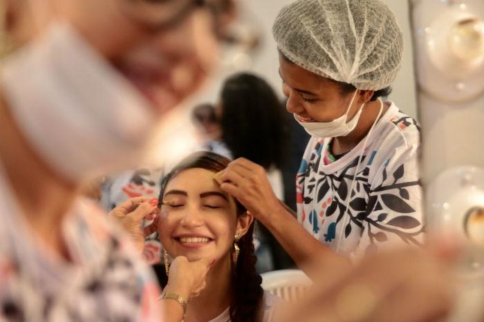 Massagem, maquiagem, oficina de turbantes, limpeza de pele e design de sobrancelhas foram serviços oferecidos às mães. Foto: Tarciso Augusto/Esp.DP.
