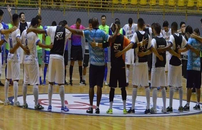 Jogadores em oração após o árbitro passar mal. Foto: Reprodução/ Internet