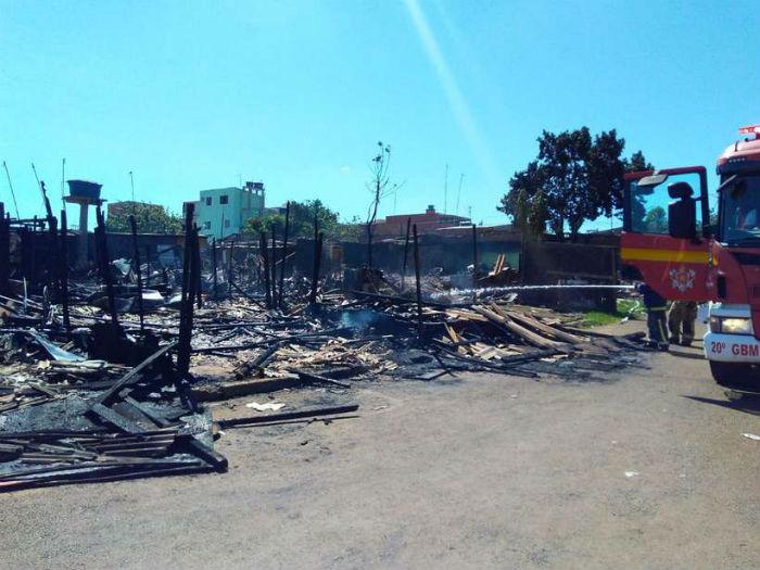No fim da manhã, as famílias atingidas foram levadas para a Administração Regional do Recanto das Emas. Foto: Caroline Cintra/CB/D.A Press