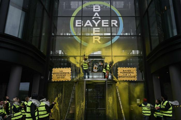 Foto de 14 de março de 2019, com ativistas protestando em escritórios da Bayer em La Defense, arredores de Paris. Foto: AFP/Arquivos / Philippe LOPEZ