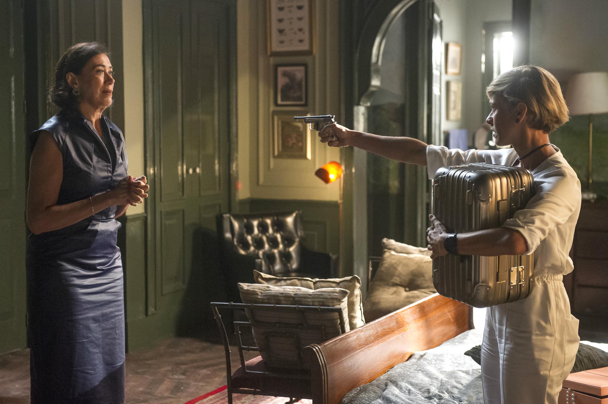 No capítulo desta terça, Louise (Fernanda de Freitas) ameaça Valentina (Lília Cabral) e tenta fugir com a caixa de joias da patroa). (Crédito João Cotta/Globo)