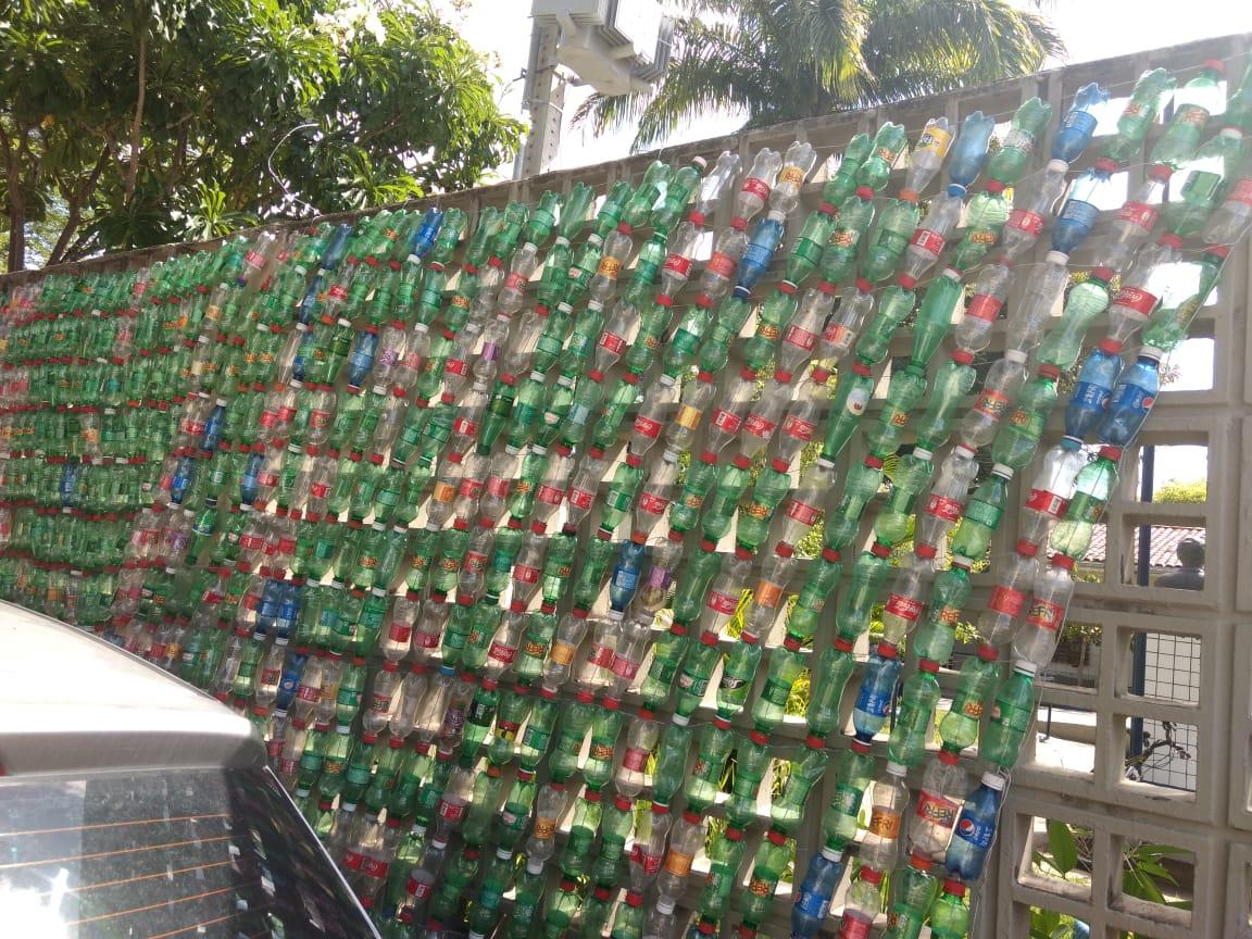 Barreira foi feita com garrafas pet e será instalada nesta segunda-feira dentro do Canal ABC, na Mustardinha. Crédito: Prefeitura do Recife/Divulgação