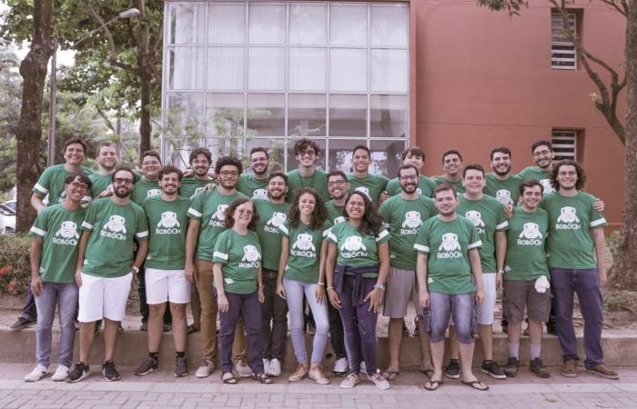 A equipe possui 10 integrantes, mas são necessários no mínimo 6 alunos na RoboCup, para além de competir, aperfeiçoar o projeto. Foto: Divulgação/RobôCIn. (A equipe possui 10 integrantes, mas são necessários no mínimo 6 alunos na RoboCup, para além de competir, aperfeiçoar o projeto. Foto: Divulgação/RobôCIn.)