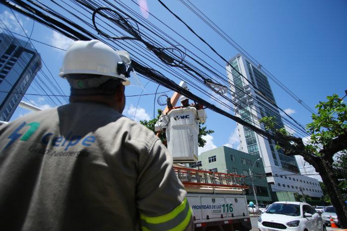 Foram detectadas desde alterações no medidor para desvio no consumo, até ligação direta com a rede elétrica. Foto: Marlon Diego/Esp DP