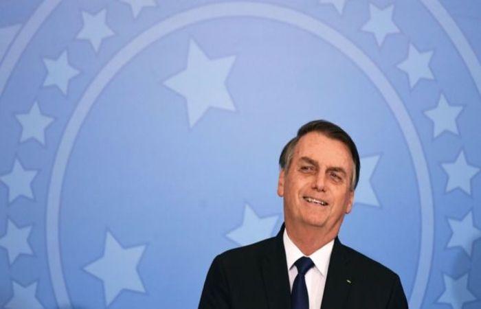 """""""Brasil e Estados Unidos acima de tudo"""", afirmou Bolsonaro ao bater continência para a bandeira americana. Em seguida emendou: """"Brasil acima de todos"""", no lugar de """"Deus acima de todos"""" - Foto: Evaristo Sá/AFP"""