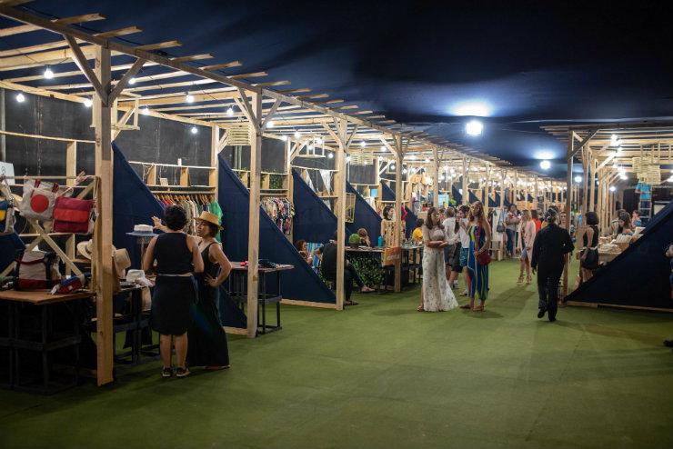 Além dos desfiles e mostras, expositores apresentam produtos da moda local. Foto: Davi Magalhães/DFB