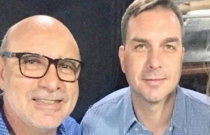 Na foto, o ex-assessor Fabrício Queiroz e Flávio Bolsonaro. Foto: Reprodução.  (Na foto, o ex-assessor Fabrício Queiroz e Flávio Bolsonaro. Foto: Reprodução. )