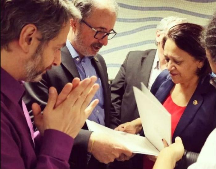 Castilho (no meio) e Volnei Canônica, então diretor do Livro, Leitura, Literatura e Bibliotecas do MinC, entregando o projeto de lei à senadora Fátima Bezerra em maio de 2016 | Assessoria do Gabinete da senadora. Foto: Divulgação