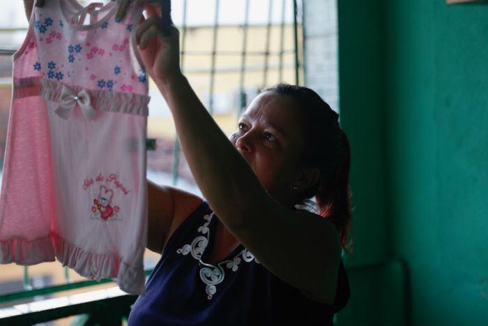 Lucélia, mãe de João Lucas, 20, aguarda a chegada de Melinda. Foto: Leandro de Santana/Esp.DP.
