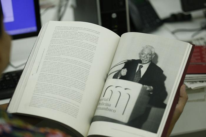 Lançamento do livro Salomão Kelner %u2013 Um Marco na Medicina Pernambucana ocorre nesta quinta-feira (23). Crédito: Tarciso Augusto/Dp FOTO