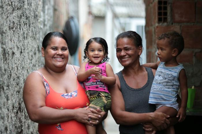 Thialen, mãe de Laura, e Monique, mãe de Luiz, leem histórias para as crianças. Foto: Tarciso Augusto/Esp. DP.