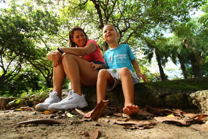Márcia Ribeiro, 35, faz questão de estimular o contato do filho, Teo Ribeiro, 3, com a natureza. Foto: Peu Ricardo/DP.