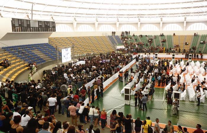 Fãs de Gabriel Diniz fazem fila para ver caixão com o corpo do cantor em velório, em ginásio de João Pessoa. Foto: Peu Ricardo/DP