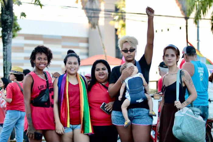 Débora (braço erguido) saiu de Paulista para participar do ato. Foto: Tarciso Augusto/Esp.DP.