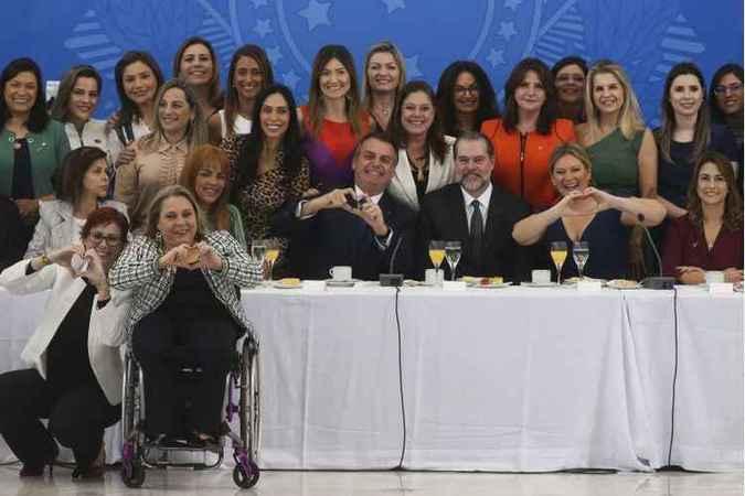 Bolsonaro, ao lado do presidente do STF, Dias Toffoli, e de Joice Hasselmann, em café da manhã com bancada feminina no Congresso: mensagens positivas para o parlamento. Foto: Antonio Cruz/Agência Brasil