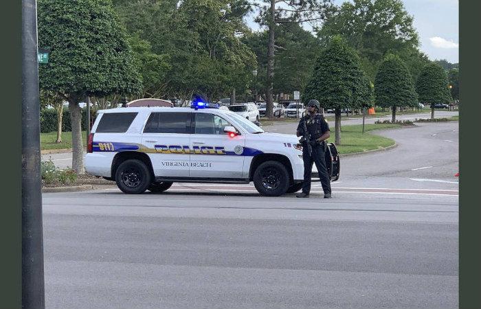 Polícia bloqueia rua nas proximidades de ataque a tiros em Virginia Beach. Foto: Lucretia Cunningham/AFP