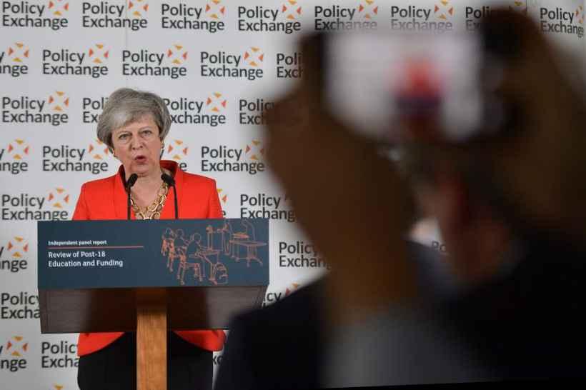 A primeira-ministra britânica chega à sede da UE, em Bruxelas, para reunião com os demais governantes: impasse da separação coloca o país em crise de identidade política. Foto: AFP / POOL / Daniel LEAL-OLIVAS