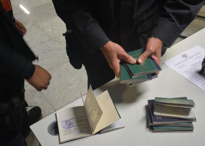Apesar dos passaportes serem autênticos, a entrada dos estrangeiros seria irregular porque eles não possuem visto. Foto: Polícia Federal / Divulgação
