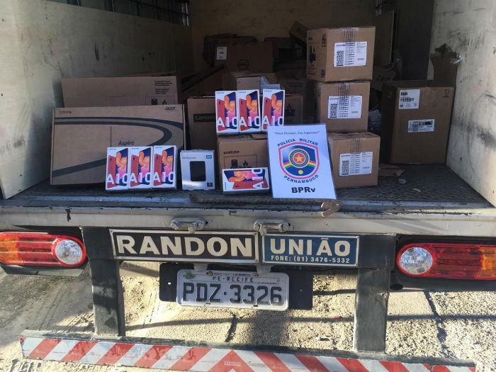 Dentro do caminhão, havia quase 500 produtos, como impressoras, pendrives e notebooks. Foto: Polícia Militar / Divulgação.
