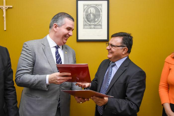 Bruno Baptista e Reitor Padre Pedro Rubem durante assinatura de acordo. Foto: Divulgação