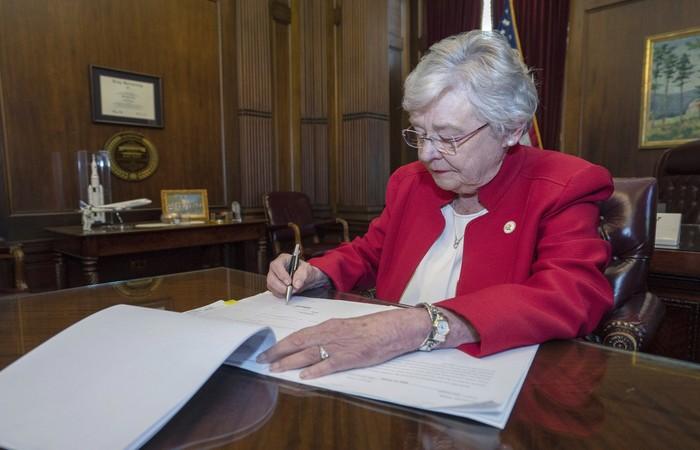 Os detidos devem pagar pelo tratamento, conforme o texto, que deve ser promulgado pela governadora republicana do Estado, Kay Ivey - Foto: Hal Yeager/Alabama Governor's Office