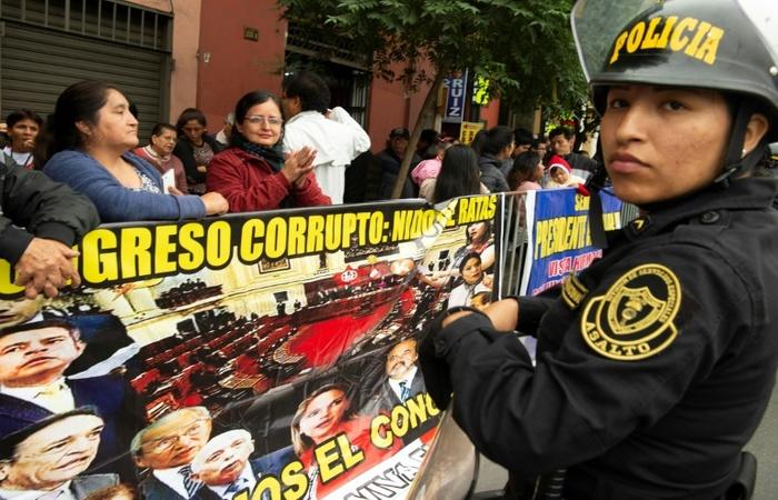 Manifestantes diante do Congresso em Lima, durante a discussão de uma moção de confiança promovida pelo governo peruano, em 4 de junho de 2019. Foto: AFP / Cris BOURONCLE