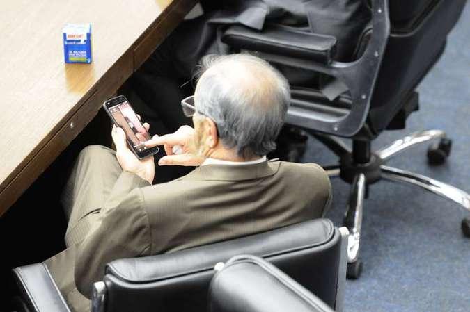 Câmara de Belo Horizonte discutia o plano diretor da capital mineira, mas o Coronel Piccinini (PSB) assistia às imagens pelo celular. Foto: Túlio Santos/Estado de Minas