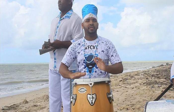 Percussionista do Afoxé Ará Omim tocando Atabaque. . Foto: Samuel Calado/DP