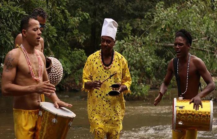 Percussionistas do Afoxé Filhos de Dandalunda. Foto: Samuel Calado/DP
