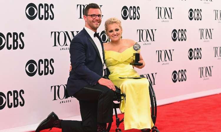 Ali Stroker, primeira atriz em cadeira de rodas a receber o prêmio. Foto: Nicholas Hunt/AFP