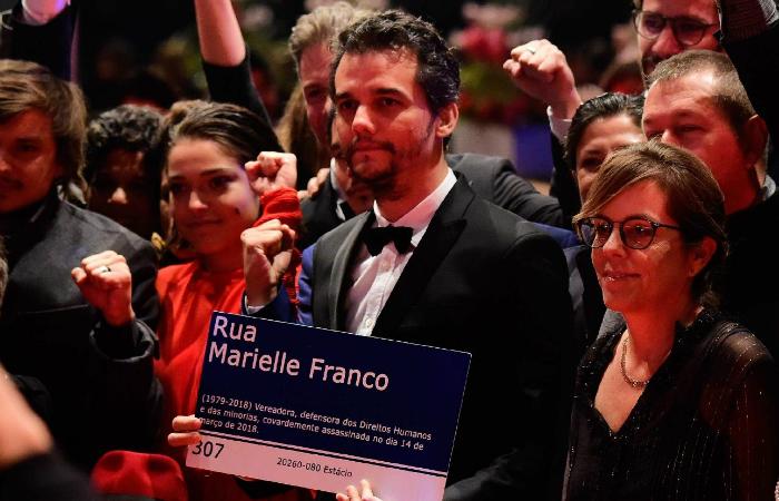 Wagner Moura levou placa da Rua Marielle Franco, destruída durante as ultimas eleições, para o tapete vermelho do Festival de Berlim. Foto: AFP