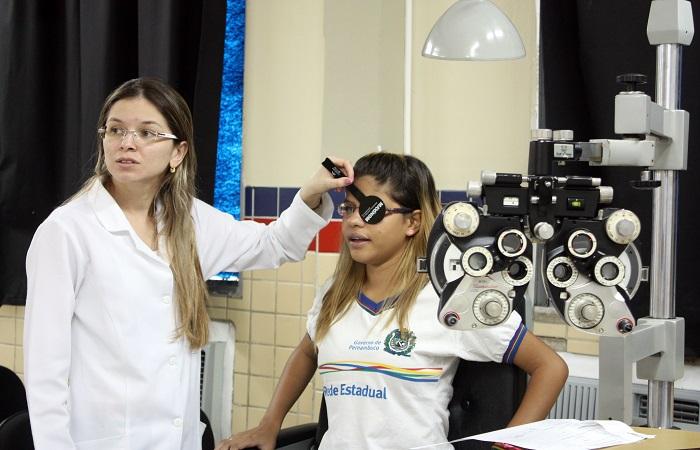 Projeto Boa Visão leva consultas oftalmológicas para estudantes de Fernando de Noronha. Foto: Miva Filho /Divulgação  (Foto: Miva Filho /Projeto Boa Visão /Divulgação )