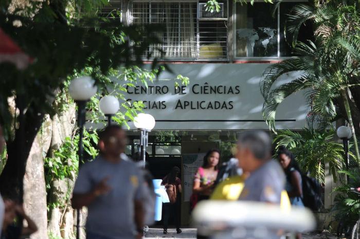 Prédio do CCSA passou por perícia nesta tarde. Foto: Tarciso Augusto/Esp. DP.