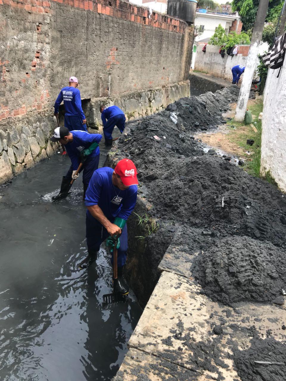 Doze canais já foram limpos com a ajuda de 35 reeducandos em Jaboatão dos Guararapes. O trabalho foi iniciado há um ano. Crédito: Divulgação.