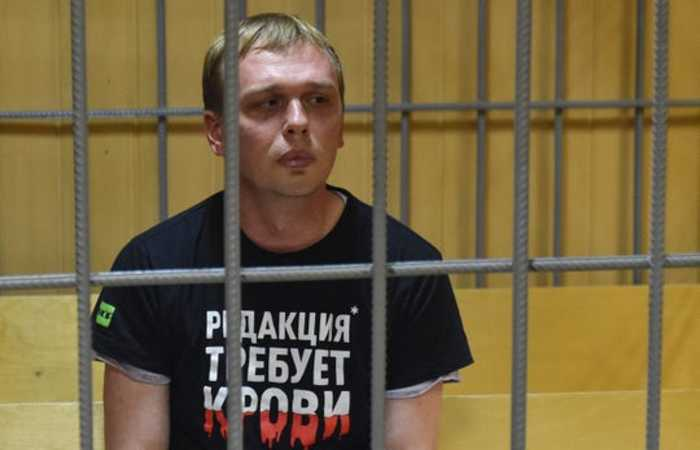 Inicialmente acusado pela polícia por tráfico de drogas, o jornalista prometeu continuar seu trabalho de investigação para o site independente Meduza - Foto: Vasily Maximovy/AFP