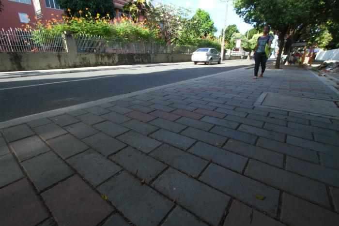 Calçadas adequadas devem ser largas e, quando possível, protegidas por arborização para dar conforto aos pedestres. Foto: Peu Ricardo/DP.