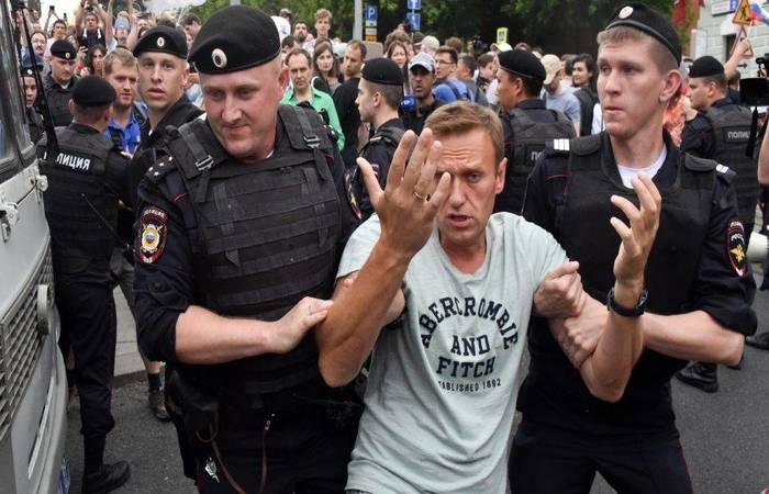 Policiais russos detêm o líder da oposição, Alexei Navalny. Foto: Vasily MAXIMOV/AFP (Foto: Vasily MAXIMOV/AFP)