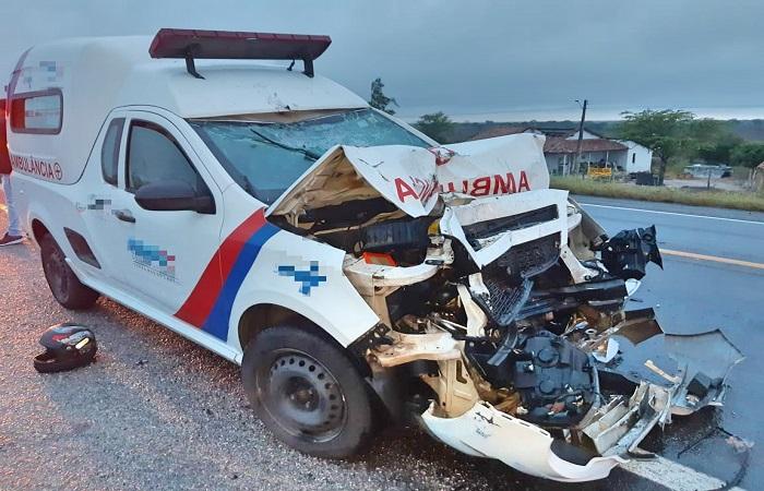 Ambulância transportava passageiros no momento do acidente. FOTO: PRF / Divulgação  (Ambulância transportava passageiros no momento do acidente. FOTO: PRF / Divulgação )