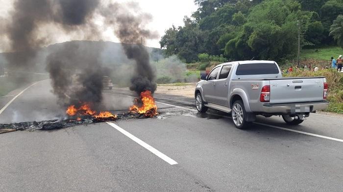 Manifestantes bloquearam via em Goiana com fogo pela manhã. Foto: Divulgação/PRF