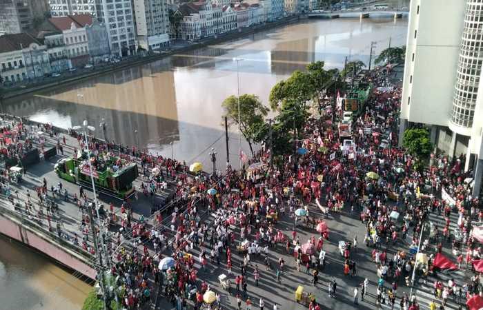 No Recife, momentos antes de o ato ser iniciado, manifestantes expulsaram uma equipe da Globo que fazia a cobertura do protesto, no centro da cidade - Foto: Rosália Vasconcelos/DP