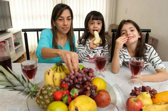 As filhas de Andréia Veiga Vasconcelos alimentam-se de forma saudável desde a amamentação. Foto: Jair Amaral/EM/D.A Press.