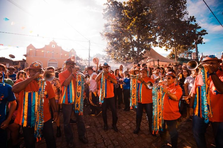 Uma longa imersão cultural com ares de bloco de carnaval. Crédito: Máquina 3/Divulgação