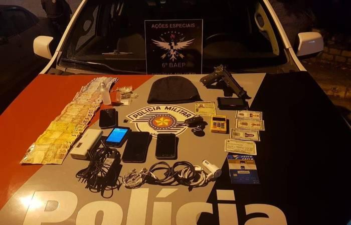 Com o soldado foram apreendidos celulares, uma arma de brinquedo, dinheiro, além de documentos e drogas - Divulgação/PM